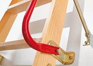 Roter Handlauf als Zubehör für DOLLE Dachbodentreppe